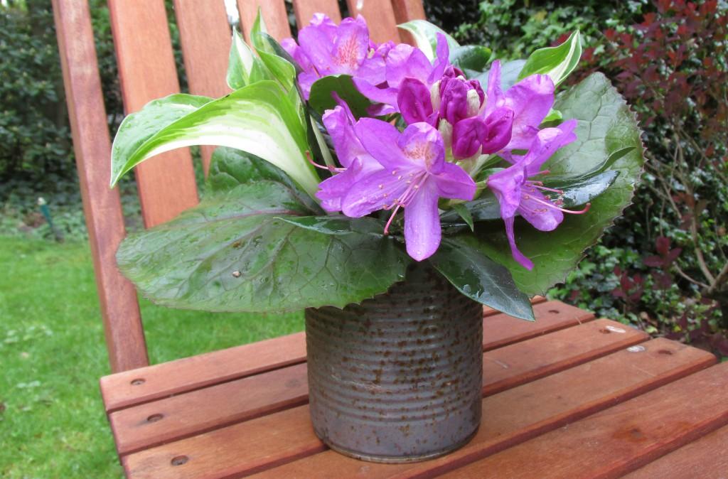alternatieve vaas bloemen conservenblikje