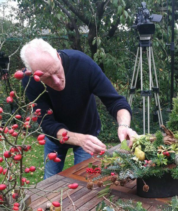 Albert Jan werkt aan kerststuk