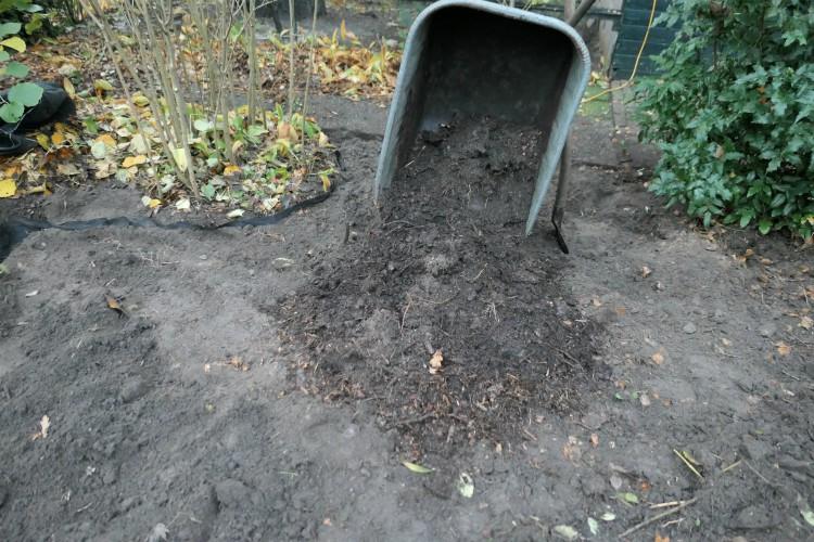 compost uit kruiwagen