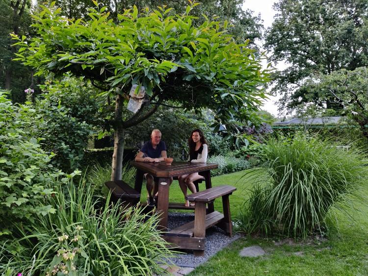 Albert Jan en Linda onder de tamme kastanje met lood aan een tak.
